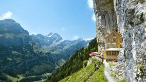 Dormire sotto una roccia locanda-alpina