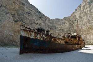 il relitto della spiaggia del naufragio. La barca dei contrabbandieri di sigarette
