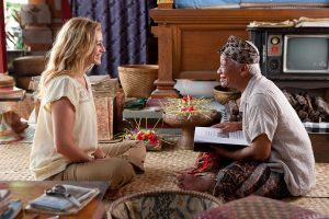 "Julia Roberts as ""Elizabeth Gilbert"" and Hadi Subiyanto as ""Ketut Liyer"" in Columbia Pictures' EAT, PRAY, LOVE."